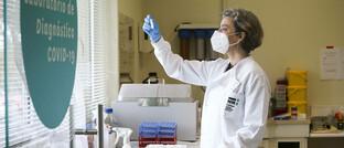 Wissenschaftlerin in Corona-Labor in Portugal