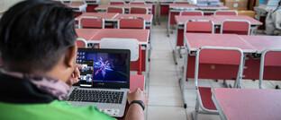 Lehrer gibt Online-Unterricht in Indonesien