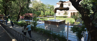 Wasserhahn-Statue vor dem Nationalmuseum in Indien