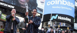 Angestellte und Fans feiern den Börsenstart der Plattform Coinbase an der New Yorker Wall Street