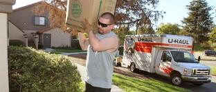 Ein Familienvater räumt Habseligkeiten aus einem Laster von U-Haul