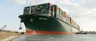 """Blockiertes Schiff """"Ever Given"""" im Suezkanal"""