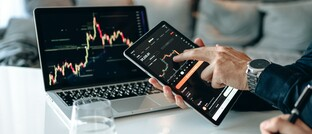 Charts auf dem Laptop und dem Tablet