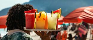 Kellner am Strand von Ipanema in Rio de Janeiro