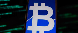 Smartphone mit Bitcoin-Symbol