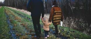 Junge Familie beim Spaziergang