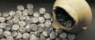 Gefäß mit antiken griechischen Silbermünzen