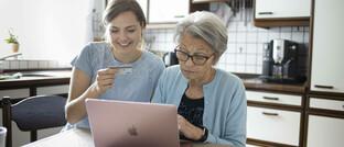 Großmutter und Enkeltochter kaufen online ein