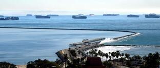 Containerschiffe stauen sich vor Los Angeles