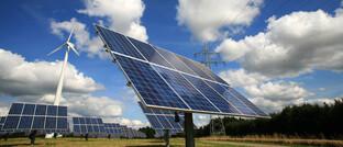 Solaranlage vor Stromtrasse