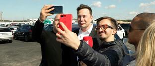 Tesla-Chef Elon Musk umringt von Pressevertretern und Fans beim Richtfest auf der Baustelle der Tesla Gigafactory Berlin-Brandenburg