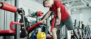 Sportler mit Bein-Prothese trainiert im Fitness-Studie