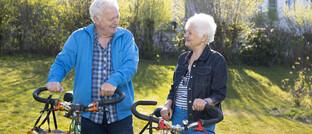Senioren mit Fahrrädern
