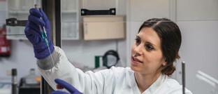 Mitarbeiterin eines medizinischen Labors