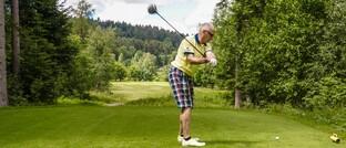 Senior auf dem Golfplatz