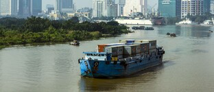 Containerschiff auf dem Fluss Saigon in Ho-Chi-Minh- Stadt