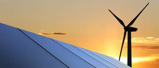 Solardach und Windkraftanlage (Symbolbild)