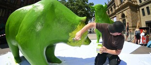 Bulle und Bär vor der Frankfurter Börse werden grün