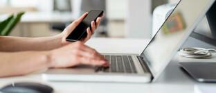 Hilfsmittel Smartphone und Laptop