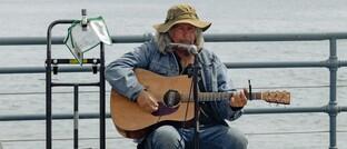 Ein älterer Straßenmusiker