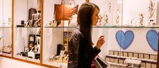 Frau vor der Auslage eines Juweliers