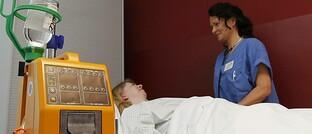 Patientin und Krankenschwester auf der Krebsstation im Städtischen Klinikum Dessau