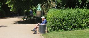 Senior auf einer Parkbank