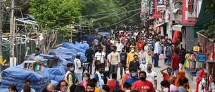 Nach Corona-Lockerungen im indischen New Delhi drängen die Menschen wieder auf die Straße