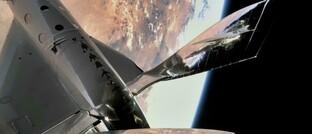 Raumflugzeug von Virgin Galactic im All über Mexiko-City