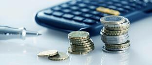 Taschenrechner und Euromünzen