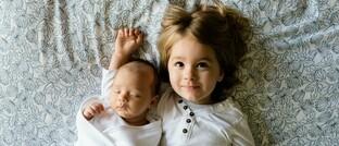 Baby mit großer Schwester