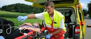 Rettungssanitäter hilft einem verletzten Mädchen