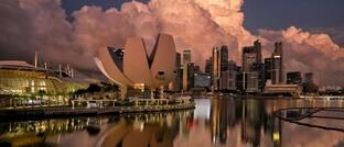 Blick auf das Art Science Museum und das Geschäftsviertel von Singapur