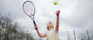 Seniorin beim Tennis