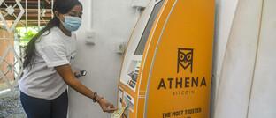 Kundin an einem Krypto-Geldautomat in El Salvador