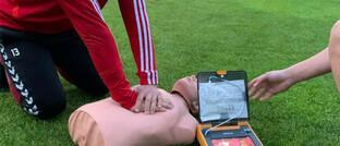 Erste-Hilfe-Übung auf dem Sportplatz