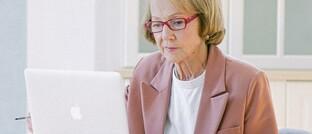 Seniorin am Laptop