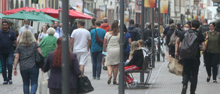 Menschen in der Heidelberger Innenstadt, einige mit Mund-Nasen-Masken