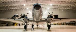 Flugzeug im Hangar