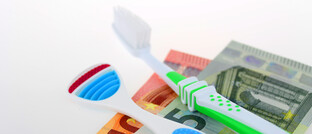 Zahnbürste, Zungenschaber und Euroscheine