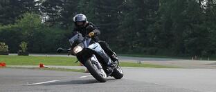 Motorradfahrer übt Kurvenfahrt