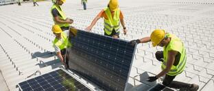 Installation einer Solaranlage auf einem Gewerbegebäude in Berlin
