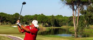 Senior im Golfurlaub