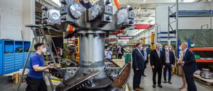 Delegation von NRW-Politikern bei einem Maschinenbauer für Wasserstofftechnologie