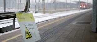 Warnschild auf einem Bahnhof