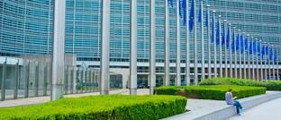 Europäische Flaggen vor dem Brüsseler Berlaymont-Gebäude, Sitz der EU-Kommission