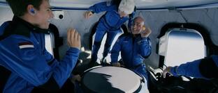 Amazon-Gründer Jeff Bezos (rechts) beim Flug ins All