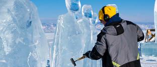 Ein Künstler bearbeitet eine Eisskulptur am russischen Baikalsee