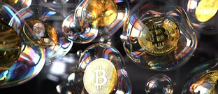 Aus Metall gefertigte Bitcoin-Münzen