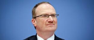 Lars Feld hat seit 2010 den Lehrstuhl für Wirtschaftspolitik und Ordnungsökonomik an der Albert-Ludwigs-Universität Freiburg inne.